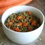 Салат из французской чечевицы со свежей морковью и петрушкой